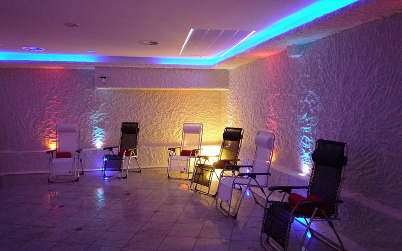 Highlighted white salt coating in a spacious Halomed salt room